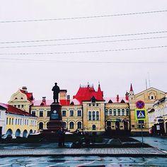 """""""Красная площадь в городе Рыбинск. По-моему, единственный памятник, изображающий Ленина в головном уборе... #краснаяплощадь #площадь #памятник…"""""""