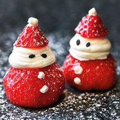 Hur söta är inte dessa jordgubbar i form av små tomtegubbar? Tänk jordgubbar och vispgrädde, fast med julkänsla i stället för en solig sommardag. Med hjälp av choklad eller svarta sesamfrön får tomtegubbarna ögon och knappar på tomterocken.