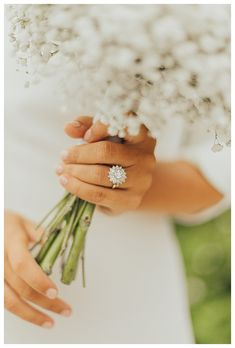 Bouquet and ring | Image by Matthias Toth