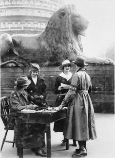 WOMEN FIRST WORLD WAR (Q 31083)   Women's Auxiliary Army Corps: A WAAC recruiting sergeant and assistant busy talking to potential recruits in Trafalgar Square in London.