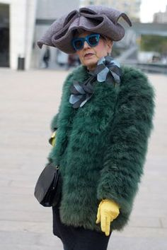 Yellow gloves and blue glasses. And a fuzzy green jacket with a grey felt hat. I'm totally dressing like this lady when I'm old. (in vintage fur of course) Stylish Older Women, Older Women Fashion, Womens Fashion, Brandy Alexander, Advanced Style, Inspiration Mode, Design Inspiration, Ageless Beauty, Glamour