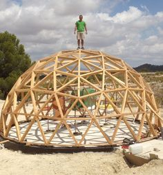 construcción vivienda geodésica Jumilla Cheap Tiny House, Dome Structure, Geodesic Dome Homes, Eco Buildings, Small Backyard Design, Dome Ceiling, Wood Architecture, Dome House, Round House