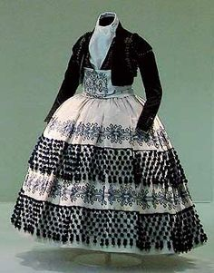 FARALA: Tira de tafetánque rodea varias veces las basquiñas o los vestidos femeninos.