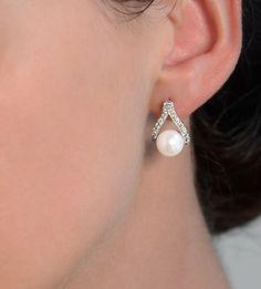 Los pendientes de perlas y diamantes ÍNDICO están fabricados en oro de 18 quilates, con perlas australianas y diamantes seleccionados, en el que destaca el diseño innovador. Son unos pendientes para novia originales, perfectos para lucir junto a un look nupcial elegante.