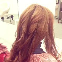 photo by @shuntahosaka この季節大活躍すること間違いなしの 浴衣にもぴったりなヘアアレンジを紹介します。  こちらのアレンジを教えてくださるのは 山梨県の「CHARME」の保坂俊太さん。  簡単なのに凝って見えるシンプルなシニヨンスタイルです。 1.全体を軽く巻く  2.顔周りの髪の毛を残し、ローポニーテールを作る 3.束ねた髪の毛をつまんでラフに崩す 4.サイドの髪の毛をねじってローポニーテールの結ぶ目に合わせてピンでとめる 5.結んだ髪の毛を三つ編み(四つ編み)にする  6.くるっと結び目に巻き付けお団子を作る 7.バランスを見てお団子を崩す  以上の工程で完成です♩  女性らしいふんわりとしたシルエットが魅力的ですね。 三つ編みでも十分ですが四つ編みにチャレンジしたい方は @shuntahosaka さんのアカウントでわかりやすく動画で説明してくださっているのでぜひチェックしてみてください♩ . #MERY #mery_hair_arrange #mery_hair_long #mery_hair_medium #ヘアアレンジ #ヘアアレンジ解説…