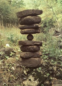 Andy Goldsworthy stack of rocks - natural art installation / sculpture Land Art, Andy Goldsworthy Art, Stone Cairns, Art Pierre, Rock Sculpture, Stone Sculptures, Outdoor Sculpture, Garden Sculpture, In Natura