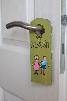 Závěs na kliku dětského pokoje NERUŠIT Závěsje vyřezaný z překližky a ručně malovaný barvami na dřevo. Je přelakovaný. Nápis je možno obměnit dle přání. Rozměry: 20x7cm