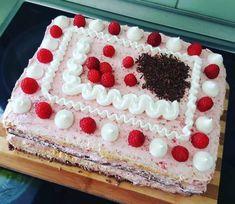 Málnás születésnapi torta közepén meglepi csoki krémmel Muffin, Bourbon, Food, Bourbon Whiskey, Muffins, Essen, Yemek, Meals