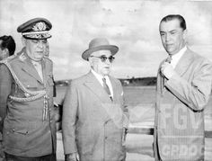 Visita de Getúlio Vargas a Minas Gerais quando JK era governador. 12 ago. 1954.Esq./dir.: Caiado de Castro, Getúlio Vargas e Juscelino Kubitschek