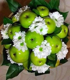 Beautiful bouquet to give to a family member or sick friend.- Beautiful bouquet to give to a family member or sick friend.- Beautiful bouquet to give to a family member or sick friend. Housewarming Decorations, Apple Decorations, Candy Flowers, Diy Flowers, Vegetable Bouquet, Food Bouquet, Flower Box Gift, Edible Bouquets, Wedding Plates