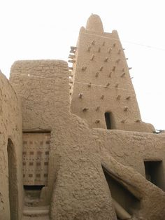 The Djinguereber Mosque is a well known learning center built in Mali in The man who built it, Abu Es Haq es Saheli, was paid by Mansa Musa 200 kg of gold. That's 440 pounds! Vernacular Architecture, Ancient Architecture, Architecture Design, Africa Art, West Africa, African Culture, African History, Timbuktu Mali, Songhai Empire