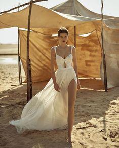 Vintage Glamour Wedding, Glamorous Wedding, Wedding Dresses Australia, Gala Dresses, Long Dresses, Fantasy Dress, Pinterest Fashion, Designer Wedding Dresses, Timeless Fashion
