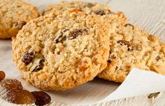Favorite Oatmeal Chocolate Chip Cookies with crispy edges and gooey middles. my kind of cookie! High Protein Breakfast, Breakfast Cookies, Breakfast Recipes, Maple Cookies, Oatmeal Chocolate Chip Cookies, Biscuits Aux Raisins, Cookies Et Biscuits, Fruit Biscuits, Dm Online Shop