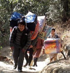 Und so sehen die Lastenträger selbst aus. Foto: Doris Bhutan, Gym Bag, Bags, Photos, Handbags, Duffle Bags, Taschen, Purse, Purses