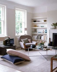 20 Cozy Living Room Designs with Fireplace and Family Friendly Decor
