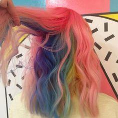 Te vas a querer teñir el cabello con un arco iris escondido después de leer esta nota