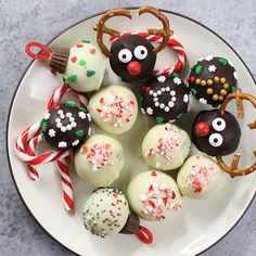 christmas snacks These Oreo Truffles for a holiday classic with these adorable reindeer, ugly sweater, peppermint and ornament designs. Perfect for holiday parties, DIY gift ideas and sharing with family and friends. A great kids craft activity. Christmas Party Food, Christmas Sweets, Christmas Cooking, Christmas Goodies, Christmas Crafts, Christmas Cupcakes, Christmas Holidays, Christmas Ideas, Christmas Truffles