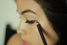 7 trucos que no conocías sobre el delineador (3) Beauty Makeup, Hair Beauty, Makeup Eyes, Eye Make Up, Beauty Routines, Eyeliner, Pearl Earrings, Face, How To Make