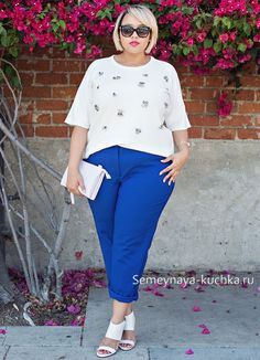 """Dress down a more formal pair of spring slacks with a crisp, embellished tee. Then, add a boxy clutch to keep the look feeling as """"now"""" as possible. Click through to shop the look. Fall Outfits For Work, Casual Fall Outfits, Stylish Outfits, Fashion Outfits, Curvy Fashion Summer, Big Girl Fashion, Fashion Looks, Plus Size Fashion For Women, Curvy Women Fashion"""