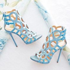 These blue shoes would definitely make a statement. How fabulous for a destination wedding? Love!