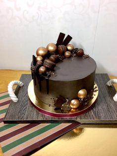 торт с шоколадными шарами и шоколадными макарон