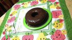 Delicioso bolo de cenoura com calda de chocolate.