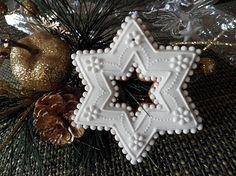HOBBY-SUVENIR / Vianočný medovník č.5 Snowflake Christmas Cookies, Christmas Star, Holiday Cookies, Christmas Treats, Christmas Baking, Christmas Decorations, Sugar Cookie Frosting, Royal Icing Cookies, Christmas Biscuits