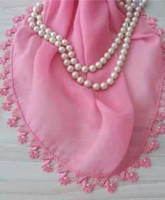 Çeyiz Bohçalarına Koyulan Boncuklu Pembe Tülbent | Yeni Hobi Crochet Ruffle, Crochet Trim, Knit Crochet, Crochet Edgings, Tatting, Pearl Necklace, Pearls, Sewing, Jewelry