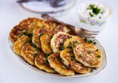 Irländska potatisplättar som påminner om potatisbullar. Så himla goda och enkla att göra! Boxty serveras gärna till frukost med bacon men passar även alldeles utmärkt att serveras som lunch eller tillbehör vid maten med en klick crème fraiche och gräslök. En skiva gravad lax och sallad bredvid är ljuvligt. Här hemma blev dessa direkt enfavorit som mina barn älskade. Missa inte att följa Zeinas Kitchen på Instagram HÄR! och Facebook HÄR! Ca 20 st plättar 1 kg mjölig potatis Ca 2 dl vetemjöl… Zeina, Zucchini, Bacon, Food And Drink, Potatoes, Pasta, Lunch, Vegetables, Cooking