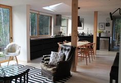 Il legno diventa materiale ricorrente anche negli interni di casa: utilizzato per la pavimentazione e gli infissi, contribuisce a creare un'atmosfera calda