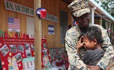 Infantes de Estados Unidos se roban el corazón de los misquitos Desde su llegada al país estuvieron acantonados con la Fuerza de Tarea Conjunta Bravo, en la Base Aérea Soto Cano, ubicada en Comayagua, zona central del país. Este menor despide con lágrimas a una de las agentes del cuerpo de infantes de marina de Estados Unidos.