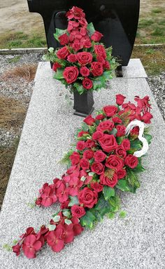 Cemetery Decorations, Funeral Arrangements, Funeral Memorial, Funeral Flowers, Ikebana, Orchids, Diy And Crafts, Floral Wreath, Table Settings