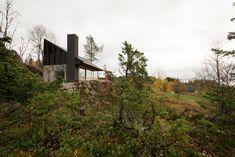 Sanden+Hodnekvam's Concrete And Cross Laminate Cabin Overlooks A Norwegian Fjord - IGNANT Trondheim, Cabinet D Architecture, Architecture Details, Concrete Wall, Concrete Floors, Les Fjords, Journal Du Design, Roofing Felt, Glass Facades