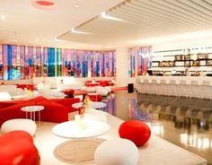 """L'aeroporto di Ibiza ha aperto il primo salone al mondo dotato di una pista da ballo, chiamata """"F *** Me Sono Famous"""" in riferimento alla coppia David e Cathy Guetta.    Situato tra il  Gates 7 e 8 dall'aeroporto delle Baleari, il Club Lounge di 260 mq con tonalità di rosso, bianco e nero è aperto 24 ore e 24."""