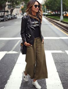 Wanted : une jupe culotte kaki (photo Sincerely Jules) - - Carol - Mode Mode Outfits, Winter Outfits, Fashion Outfits, Womens Fashion, Sneakers Fashion, Autumn Casual Outfits, Casual Sneakers, White Sneakers, Fashion Trends