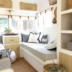 caravan interior 836121487050351496 - 39 Fabulous RV Camper Interior Renovation Ideas Source by Tiny Dining Rooms, Dining Room Corner, Spacious Living Room, Caravan Makeover, Caravan Renovation, Retro Caravan, Airstream Interior, Living Vintage, Remodeled Campers