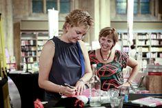 Sylvia en Ilse signeren na de lezing bij Selexyz Dominicanen Maastricht op 16 augustus 2012