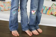 Darling patches for girls jeans-tutorial Diy Craft Projects, Sewing Projects, Crafts, Love Sewing, Sewing For Kids, Holey Jeans, Patching Jeans, How To Patch Jeans, Cute Patches
