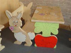 Bureau en bois massif le lapin pour tout petit , décor lapin et carotte bois chantourné et peint à la main travail artisanal français 3 tailles possibles : de 12 mois à 7 ans