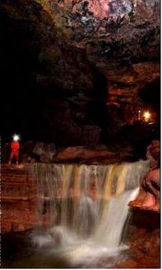 la Cueva del Fantasma era un lugar realmente enorme, con un río turbulento, cataratas, cúpulas y galerías gigantescas, que logran tener dimensiones de 60 metros de ancho y 20 metros de alto. Descubierta por el grupo de expertos de Charles Brewer, una maravilla, Ciudad Bolívar Venezuela