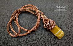 Мастер класс №10 «Ожерелье из медной проволоки в техникеVikinq Knit иWire wrap». Чем интересен этот мастер класс? Во первых — это продолжение темы плетения цепей Викинг. Вернее будет сказать, плетение цепочек Викинг. Толщина, диаметр этих … Wire Wrapped Jewelry, Wire Jewelry, Jewelry Crafts, Jewelery, Handmade Jewelry, Viking Knit Jewelry, Crafty Fox, Wire Wrapping, Vikings