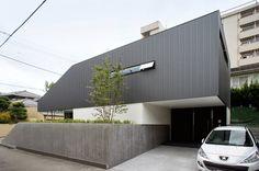 2階のボリュームをキャンティレバーにし、下を玄関ポーチに。 japan-architects.com
