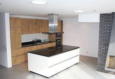 Greeploos keuken met eiland hoogglans wit icm kasteeleiken, RVS eilandschouw, Miele apparatuur