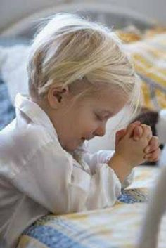 Teach my children to pray by themselves and want to learn the gospel. Teaching children how to build their relationship with God at an early age. Tips for praying with kids Baby Kind, Baby Love, Little People, Little Girls, Kind Photo, Mental Training, Weight Training, Raising Kids, My Children