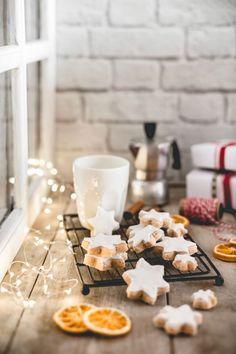 Zimtsterne, biscotti di Natale alla cannella, Ricetta biscotti di Natale alla cannella, Zimtsterne, German Swiss Cinnamon Star Cookies, cinnamon star cookies recipe || #zimtsterne #cinnamon #biscotti #Natale #biscottidinatale #christmascookies #ricettafacile #ricettaveloce #opsdblog #foodphotography #foodstyling #opsdblog Holiday Desserts, Fun Desserts, Holiday Recipes, Delicious Desserts, Christmas Food Photography, Best Food Photography, Easter Cookies, Christmas Cookies, Christmas Biscuits