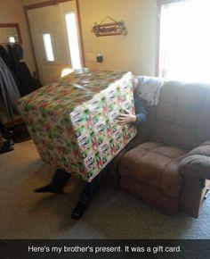 14 Personas que fueron más allá a la hora de envolver sus regalos ⋮ Es la moda