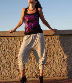 De Aisha harembroek van Apollo is een grijze, katoenen harembroek, die er niet alleen echt waanzinnig leuk uitziet, maar die daarnaast ook ongelooflijk lekker zit! De Summer Musthave voor de zomer, dus bestel snel en start met genieten! Apollo, Capri Pants, Fashion, Moda, Capri Trousers, Fashion Styles, Fashion Illustrations, Apollo Program