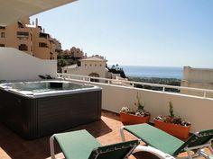 Dachschrägen Farblich Gestalten Grüne Liegestühle Zum Sonnen Auf Der  Terrasse Balkon Im Letzten Stock Mit Jacuzzi