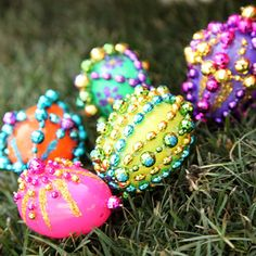 Re-use old Mardi Gras beads or cheap costume jewelry to decorate plastic Easter eggs. Easy for y'all crafty types - chop up bead strands & hot glue shiny pieces to things. Plastic Easter Eggs, Easter Egg Crafts, Easter Projects, Easter Ideas, Art Projects, Glass Bead Crafts, Somebunny Loves You, Easter 2014, Mardi Gras Beads
