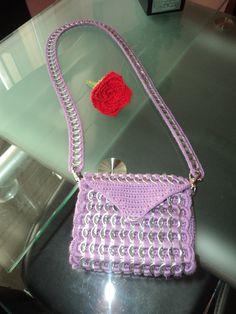bolso pequeño de crochet y anillas de refresco y clavel echo a ganchillo Apoyemos el reciclaje